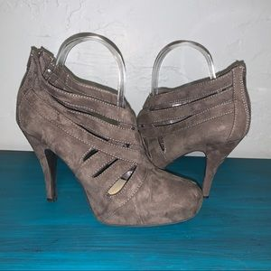 Apostrophe Taupe suede Weaved Close Toed Heels